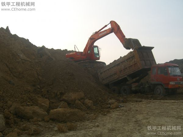 挖掘机装车装载方式及注意事项