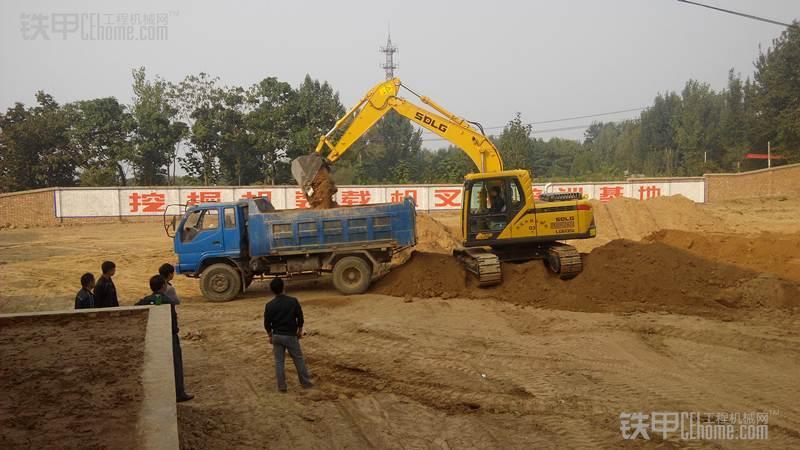 工地需要装车 好手 挖掘机装车技巧分享
