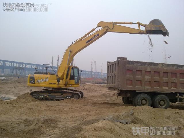 """""""平地装车""""挖机在自卸车后方装载-挖掘机装车装载方式及注意事项"""