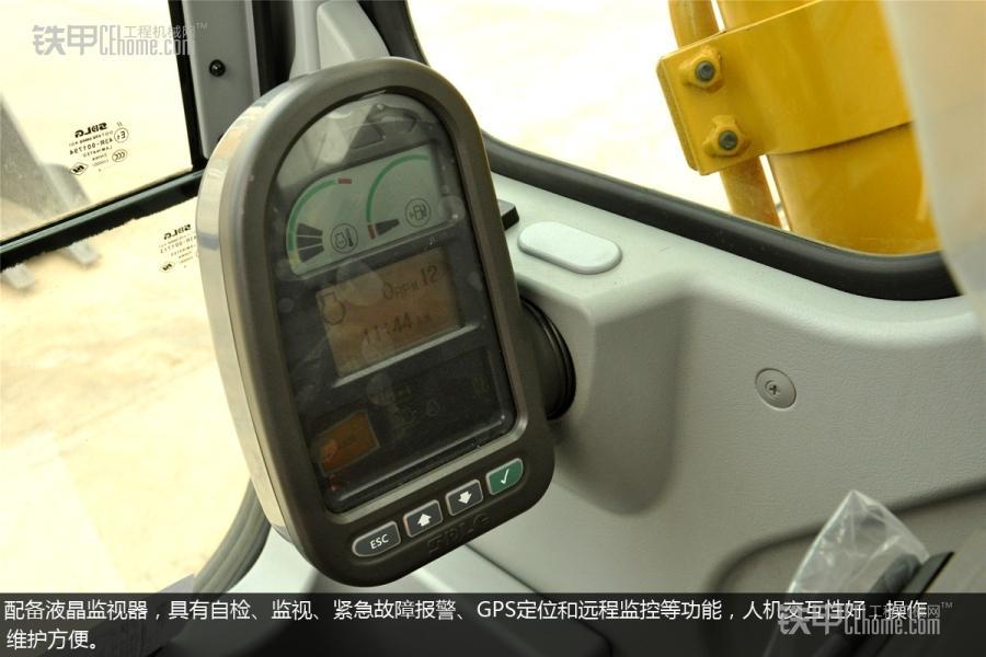 国产强者,山东临工LG6250E挖掘机图赏。 山东临工LG6250E挖掘机是由SDLG和VOLVO专家充分调研中国市场后,共同研制打造的核心产品。下面,就跟随小编来了解这款临工LG6250E挖掘机,看看它工艺和装配上有何不同之处。 临工LG6250E挖掘机的整机铭牌,整机工作质量为24300kg,发动机功率为133kw,产地为山东临沂,但是在铭牌上并没有标注标准斗容量和制造年份。 临工LG6250E挖掘机的前端工作装置。 临工LG6250E配备的是典型的土方斗,铲斗底部做了普通加强,侧板则没有做加强,但是