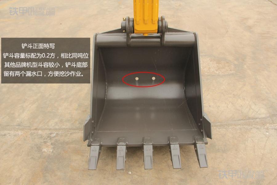 全新设计晋级有方,山东临工LG660E静态评测 山东临工LG660E是今年生产的新机,整机重量6.05吨,其整体尺寸外形为:5.93米(长)1.96米(宽)2.62米(高)。 LG660E外表涂装看起来很有国际范,但是机器毕竟是用来干活的,接下来我们来看看其工作配置是否能满足作业的需要 LG660E后视图 我们可以看到其后方设置了警示标志,发动机罩为掀开式,并设散热网,整体外观设计,显得中规中矩。 发动机罩的打开方式采用了液压支杆的方式,轻用力便可以提起,另外我们可以看到,油滤位置外靠,便于更换。不