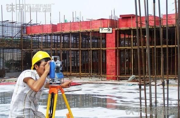 下雨在工地做钢结构图片