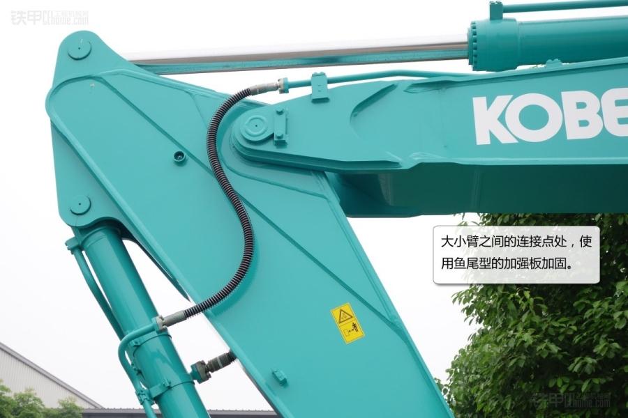 神钢建机SK460-8这款挖掘机,上市时间较早,在国内工程机械用户中有一定的客户基础。神钢460-8挖掘机主要用于土石方作业,也有用它配置短小臂和裂土器用来抠硬土的。早期,神钢460-8挖掘机在国内还不具备生产能力,主要依赖进口。 神钢SK460-8挖掘机综述。 神钢SK460-8挖掘机主要参数。 神钢SK460-8挖掘机面面观。 神钢SK460-8挖掘机工作装置。 神钢SK460-8挖掘机铲斗。 神钢SK460-8挖掘机铲斗背侧。 神钢SK460-8挖掘机马拉头。 神钢SK460-8挖掘机小臂加强筋。