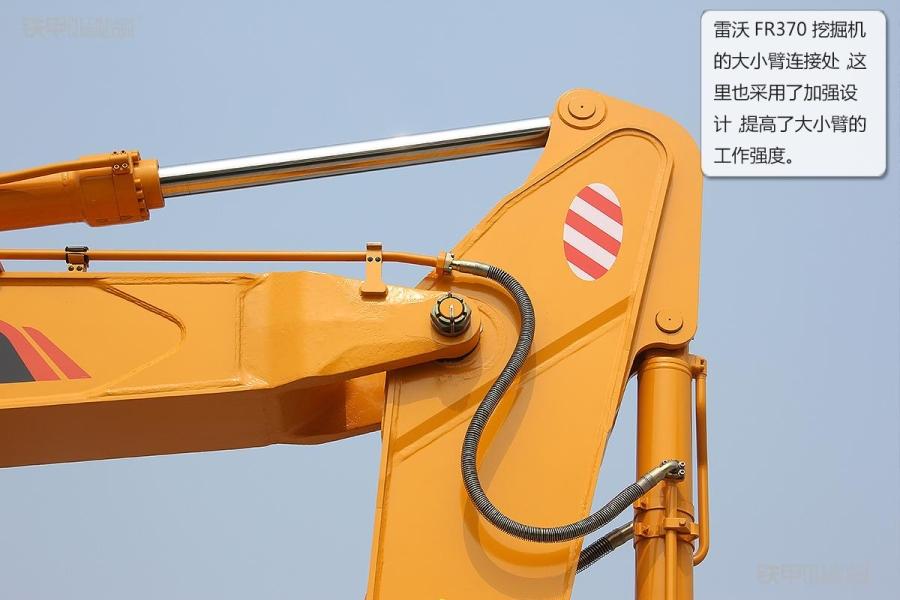 福田雷沃fr370挖掘机大小臂连接处