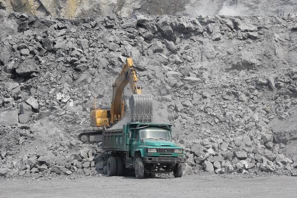 柳工922D挖掘机在装车-QSB7发动机助力柳工922D挖掘机扬威