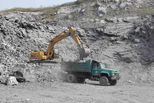 柳工922D挖掘机装车-QSB7发动机助力柳工922D挖掘机扬威
