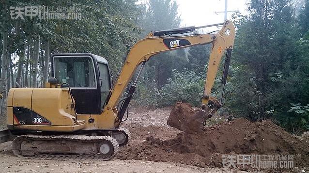 他的卡特306挖掘机