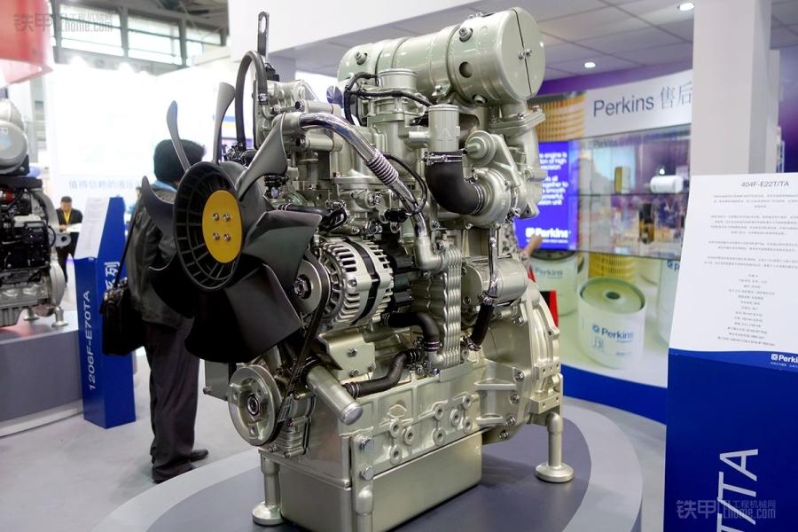 展出的1106c-70ta六缸四冲程涡轮增压电控发动机