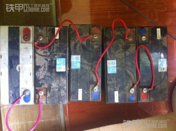 蓄电池串联 蓄电池任意串联混用:在蓄电池使用中,由于存在使用误区,有时会出现不同规格或新旧不一的蓄电池串联使用的现象,殊不知,这种做法同样是不允许的。如果将蓄电池任意串联混用,那么在充电状态下,旧蓄电池两端的充电电压将高于新蓄电池两端的充电电压,结果造成新蓄电池充电尚未充足而旧蓄电池充电早已过高;在放电状态下,由于新蓄电池的电荷容量比旧蓄电池的电荷容量大,结果造成旧蓄电池过量放电,甚至造成旧蓄电池反极。因此对蓄电池决不能任意混用。同理,不同电荷容量的蓄电池串联混用,往往也会使电荷容量小的蓄电池过量充电或
