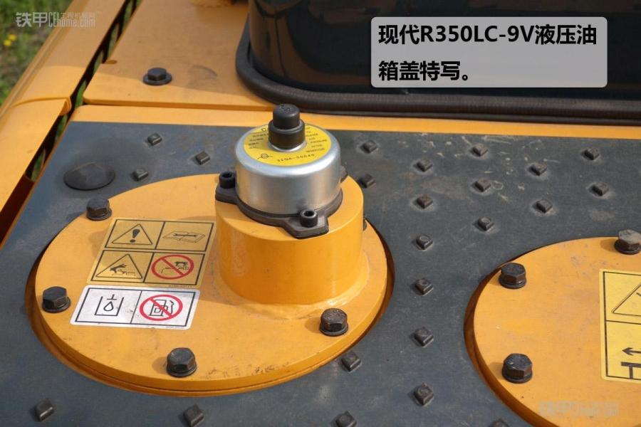 现代作为韩系品牌中的元老,于2014年11月新推出了9V系列。现代全新开发的9V系列挖掘机,具有更低的油耗、更快的作业速度、同时在耐久性、可靠性方面更加值得信赖! 下面让我们一起来感受一下新款现代R350LC-9V。 现代R350LC-9V的基本参数。 现代R350LC-9V霸气的黑色油缸让整个车更显威猛本色,技能品和结构件都进行了耐久性增强,更适宜矿山的恶劣工况。 现代R350LC-9V大气的发动机盖让整个挖掘机显得更 加皮实厚重。加大号的反光贴让夜间施工更加容易辨识。 现代R350LC-9V小臂顶端的