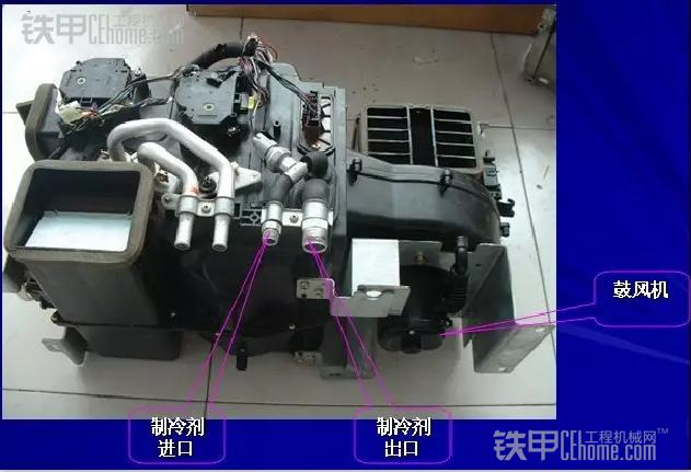 4.故障现象:空调系统运行正常,空调降温效果不好。 细节现象:出风口风量不足,风机噪声加大,蒸发器有结霜现象。 其中原因:空调箱通道中有脏物风阻加大,过滤网阻塞。 排除方法:拆卸下蒸发器芯体和过滤网进行清洗(每年进行一次),然后重新装配,安装完毕后进行抽真空、保压、按空调系统规定的充注量加注制冷剂,故障即可排出。 5.