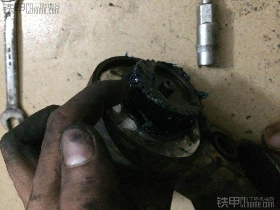 图文记录装载机起动机保养全过程 在轴上和齿轮上抹上黄油,增加润滑。要注意的是齿轮上不能弄太多黄油,不然会导致马达没力。除了轴、齿轮,还有关键的地方就是轴承,撬开防尘铁片,轴承里也要抹上黄油。(该过程无图片) 除了抹黄油,就是磨换向器了,就是转子的一头和碳刷接触的地方。用1000目的砂纸轻轻打磨,效果会很明显。
