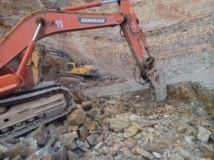 挖机装车技巧图解-挖掘机的强大功能 用斗子当簸箕筛料
