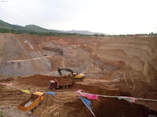 开采铝矿的挖机-挖掘机的强大功能 用斗子当簸箕筛料