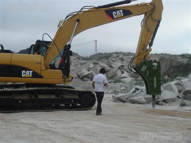 挖掘机配置液压破碎锤使用注意事项图片