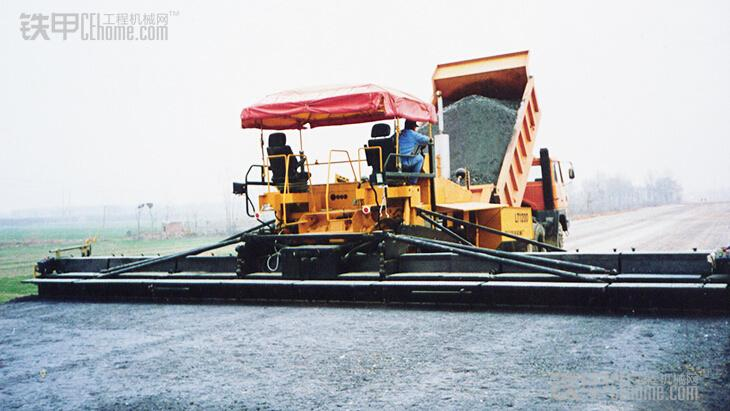 titan473/273轮式摊铺机,配vb88/vb78液压伸缩熨平板;6轮/4轮全驱动图片