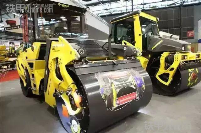 """著名的压实机械制造商宝马格在2013 bauma上展出了配备切线振荡压实系统TanGO的BW 161 ADO-4 型双钢轮压路机。Tango(探戈)的本意是一种双人舞蹈,将切线振荡压实系统比喻为""""探戈"""",是表明两者在运行轨迹上有异曲同工之妙。"""