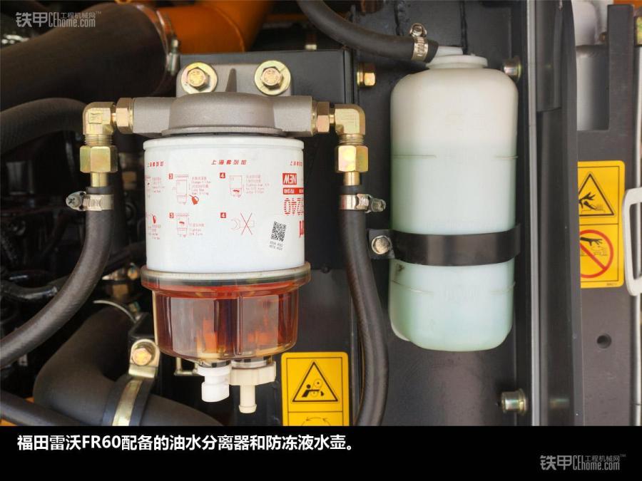 福田雷沃在工程机械领域起步较晚,但却是行业内成长速度最快的品牌之一。 今天带大家看的就是雷沃的省油王子福田雷沃FR60挖掘机。 主要参数:工作质量(kg)5730,发动机功率/转速(kw/rpm)39/2200,发动机厂家日本洋马,斗容(m)0.18-0.2。 福田雷沃FR60的铲斗四个角度的特写,和大部分品牌铲斗相似。 福田雷沃FR60的工作装置采用双八字型螺旋润滑槽结构,润滑效果优于单八字螺旋润滑槽。 福田雷沃FR60的小臂头上安装有加强钢条。 福田雷沃FR60的小臂上预留有破碎锤管路安装位置