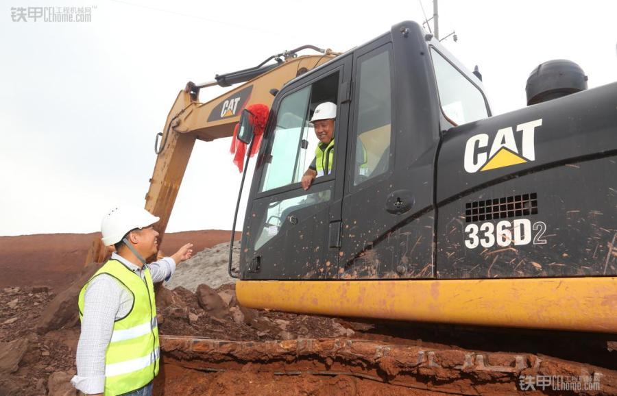 "Cat®(卡特)挖掘机驾驶员何炳友近20年机手生涯 随后的两年间,公司又分别添置了1台Cat 336D挖掘机和1台Cat 336D2挖掘机。每次公司添置新设备,何炳友都被老板安排为它们的第一任""主人""。""我从1998年接触Cat挖掘机以来,开过Cat E200B、320C、320D、336D及336D2挖掘机,总共17年了,我认为Cat的品质始终如一。""多年的Cat挖掘机操作经历使何炳友对Cat挖掘机有着高度评价。如今,何炳友掌管着阳少辉的所有Ca"