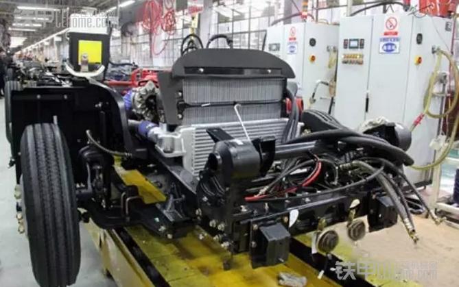 """中联重科混凝土机械公司新开发出的18MPa解放底盘车载泵 在性能方面,该款18MPa解放底盘车载泵轴距4920mm,由一汽解放青岛汽车有限公司提供16t底盘。上装平台继承原ZLJ5130THBE-10018R车载泵的上装,采用立体斜平台设计的电控柜,更符合人机工程要求,操作面板更显简单自然;在副车架上部仍然开辟有专业的布管通道,从液压油箱通往各系统阀块的管路均集成于该通道,且对该通道做了更多的优化,使走管更顺畅;多路阀同时实现了""""硬管直连""""的管路优化,主阀块和分配阀块分别实现了集"""