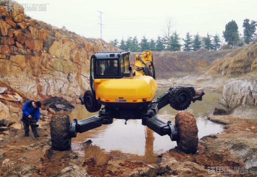 徐工et110步履式挖掘机在国际国内属于领先水平,主要用于在高危,恶劣图片
