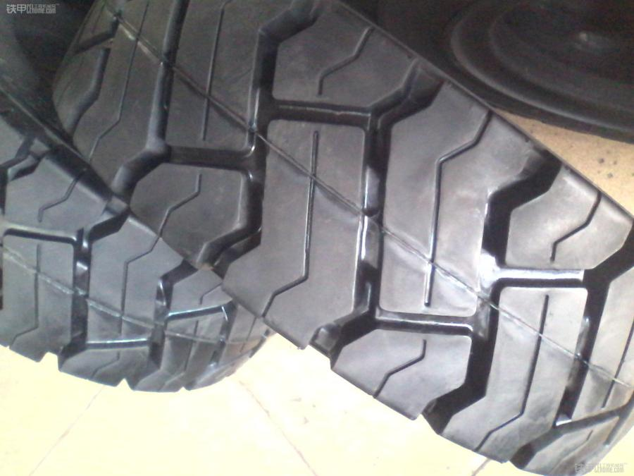 轮胎花纹深度对叉车轮胎有哪些影响?(图1)
