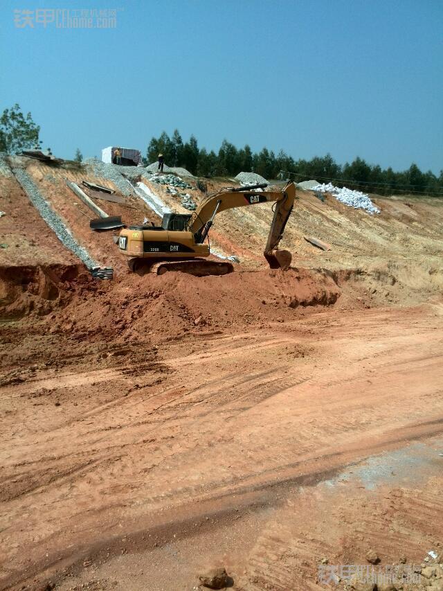 城市的建造者 小伙儿开挖机为高铁铺路(图13)