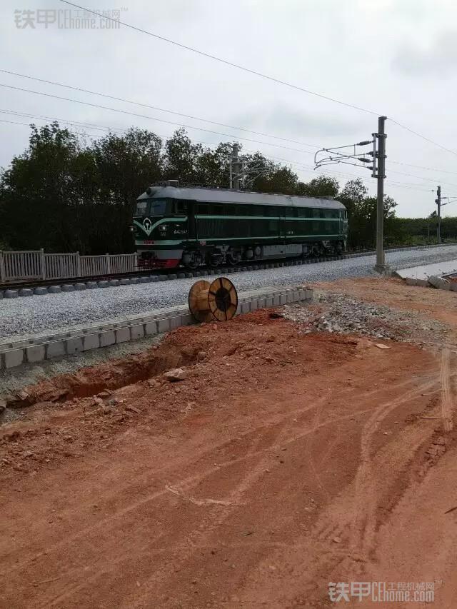 城市的建造者 小伙儿开挖机为高铁铺路(图19)