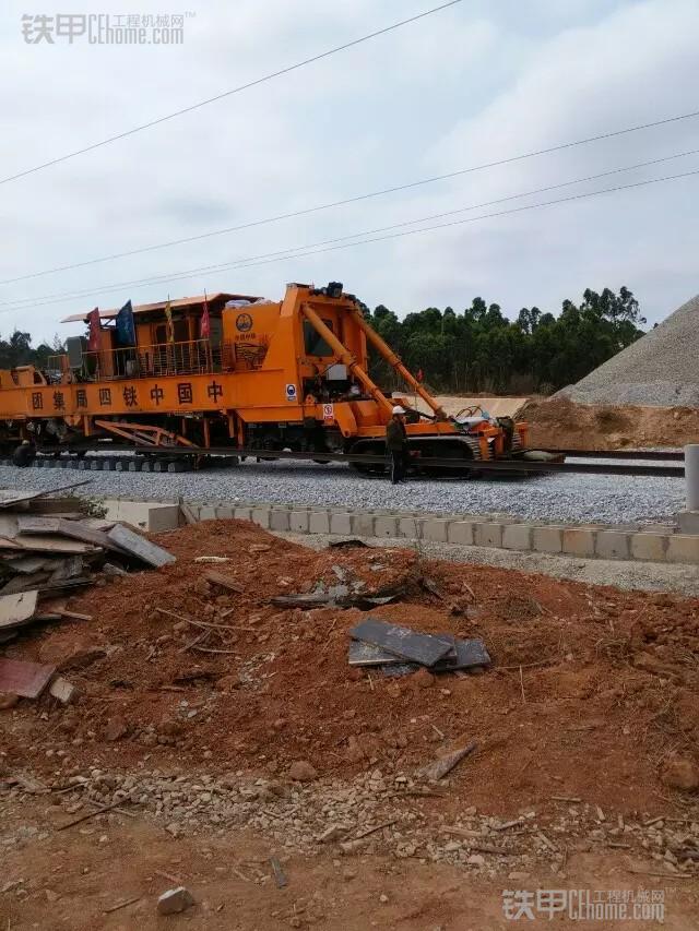 城市的建造者 小伙儿开挖机为高铁铺路(图16)