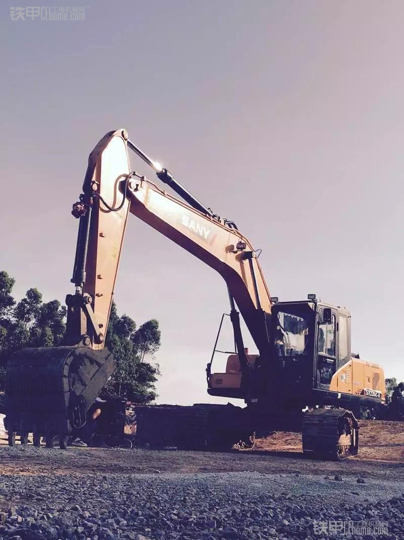 城市的建造者 小伙儿开挖机为高铁铺路(图2)