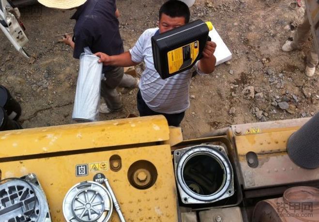 挖掘机保养须知:更换液压油的注意事项有哪些?(图4)