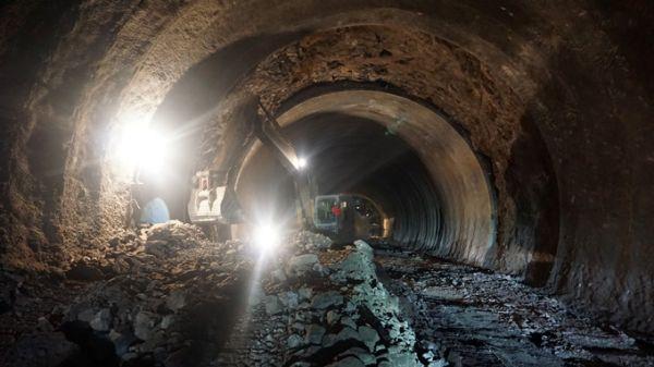 隧道里开挖机难不难?怎么选?怎么开?(图3)