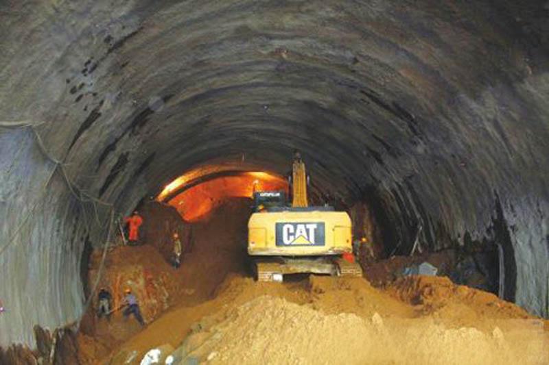 隧道里开挖机难不难?怎么选?怎么开?(图1)