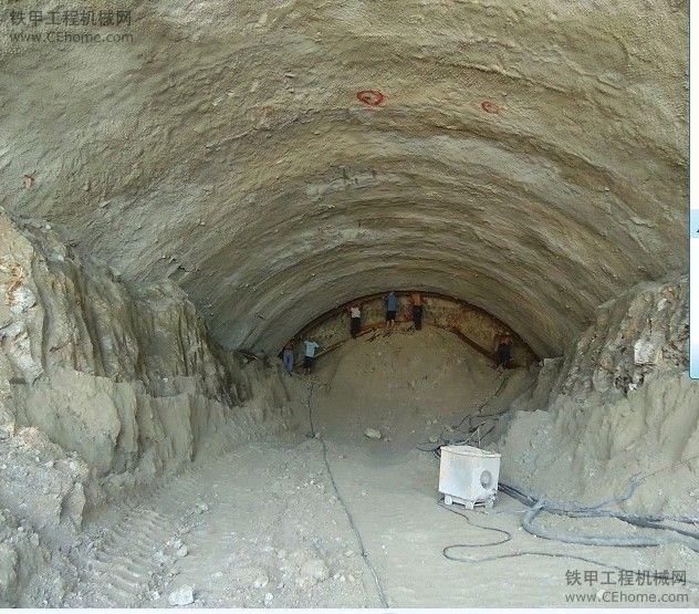隧道里开挖机难不难?怎么选?怎么开?(图2)