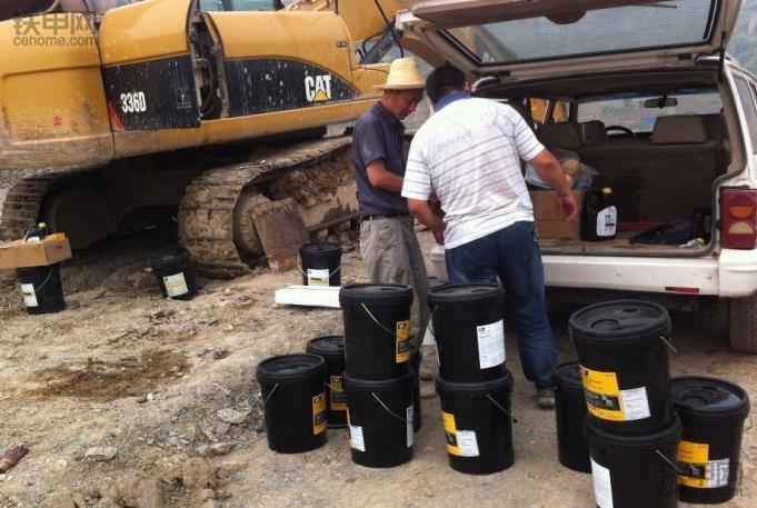 挖掘机保养须知:更换液压油的注意事项有哪些?(图2)
