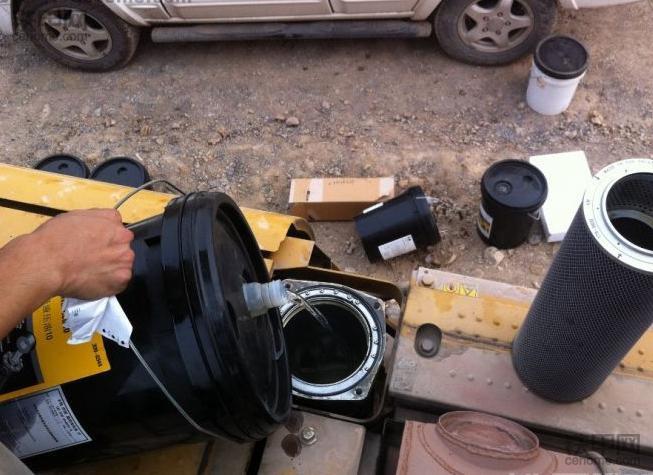 挖掘机保养须知:更换液压油的注意事项有哪些?(图1)