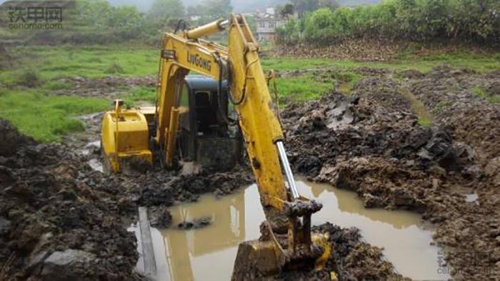 挖掘机10大高难度技术(3)——水塘烂泥作业(图5)