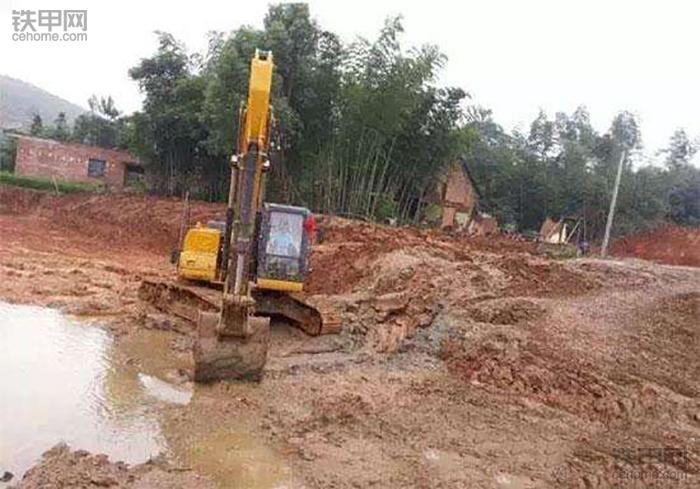 挖掘机10大高难度技术(3)——水塘烂泥作业(图3)
