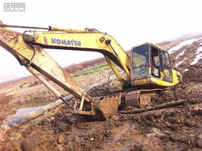 挖掘机10大高难度技术(3)——水塘烂泥作业(图7)