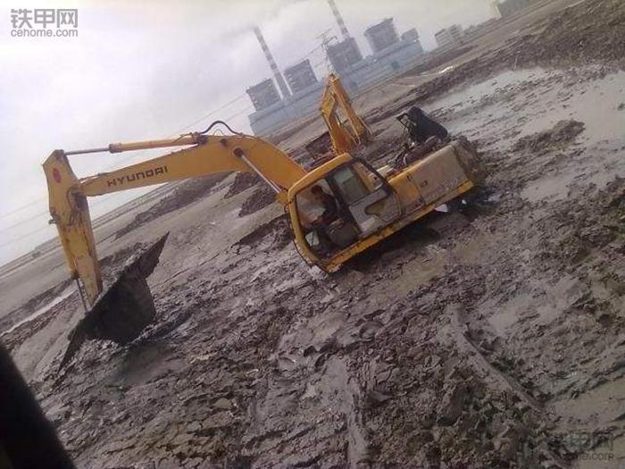 挖掘机10大高难度技术(3)——水塘烂泥作业(图6)