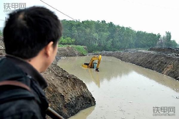 挖掘机10大高难度技术(3)——水塘烂泥作业(图2)