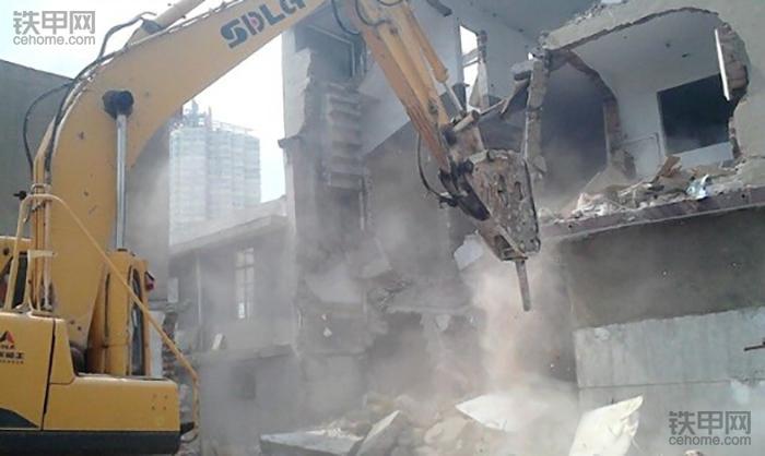 挖掘机10大高难度技术(1)——拆楼作业(图2)