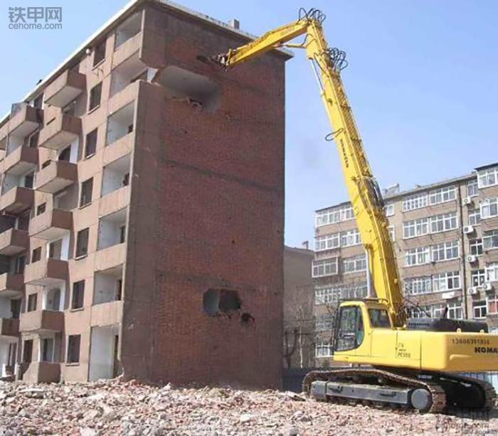 挖掘机10大高难度技术(1)——拆楼作业(图1)