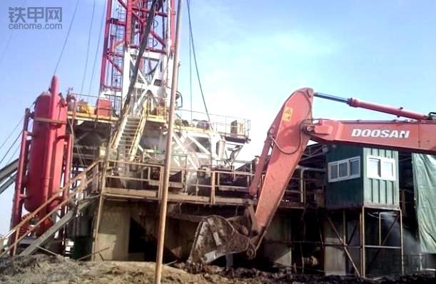 我在新疆沙漠开挖机(2):月薪4000多,油田设备看个够!