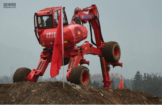 步履式挖掘机正在一处坡地上紧张作业.徐明摄图片