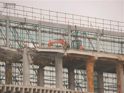 """南京""""最牛挖掘机""""   爬上5楼进行施工作业(图1)"""