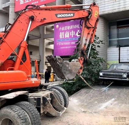 挖掘机清拖违停汽车,南京交警为挖掘机开辟新战场(图1)
