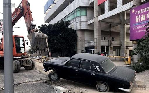 挖掘机清拖违停汽车,南京交警为挖掘机开辟新战场(图2)