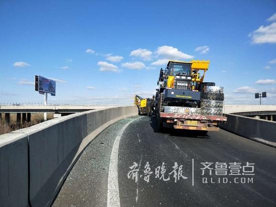 货车上掉下来一辆铲车!高速路形成拥堵(图1)