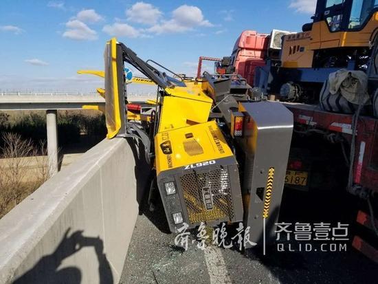 货车上掉下来一辆铲车!高速路形成拥堵(图2)